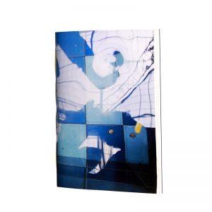 de l'eau pour une pratique de l'aquarelle, un carnet au papier épais résistant à la peinture à l'eau