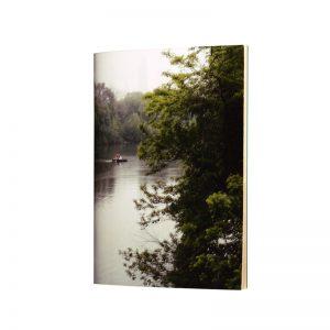 laisse-toi guide le long de la rivière cu carnet central Park et imagine toi faire une sieste sur l'herbe bercé par le bruit de l'eau. Avec son papier kraft il est tout en naturalité