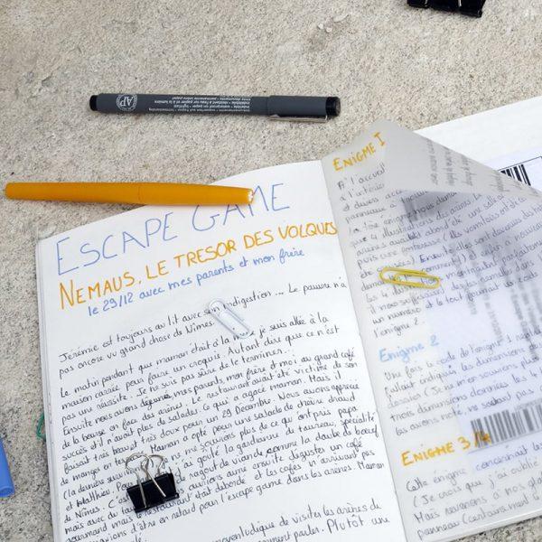 un carnet avec du papier calque pour t'amuser avec les superpositions et la transparence