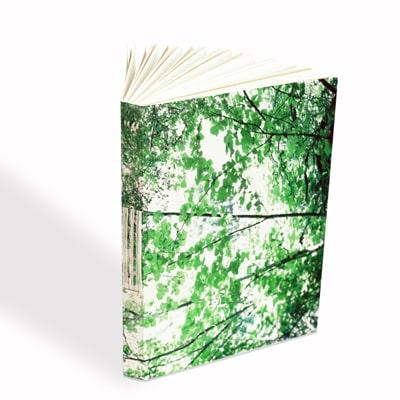sa couverture tout en feuillage vert te donnera des envies de dessiner des paysages