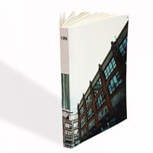 une reliure apparente et un image de new york en couverture de carnet de dessin Peggy