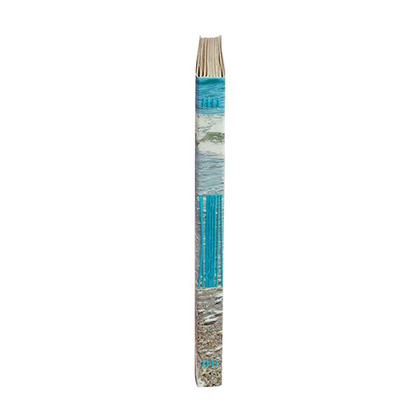 une reliure cousue lui assure solidité et durée dans le temps. Le fil de coton turquoise rappelle le bleu de la mer