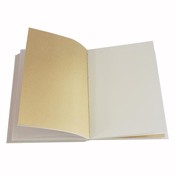 A l'intérieur, du papier kraft, du papier calque, du papier dessin et du papier aquarelle pour s'adapter à toutes les techniques picturales