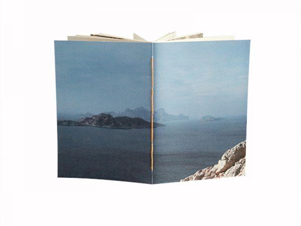 une couverture aux couleurs des calanques marseillaises